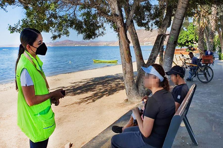 SSA entrega cubrebocas a ciudadanos irresponsables en malecón de La Paz